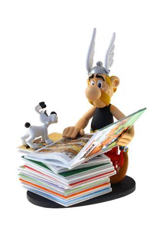 Resin statue: Asterix læser på en stak Asterix albums